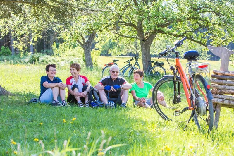 Radfahrer machen Pause im Grünen