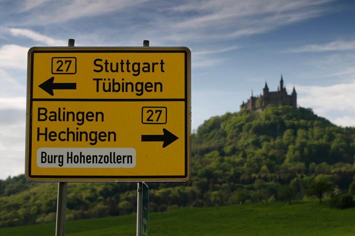 Burg Hohenzollern mit Verkehrsschild