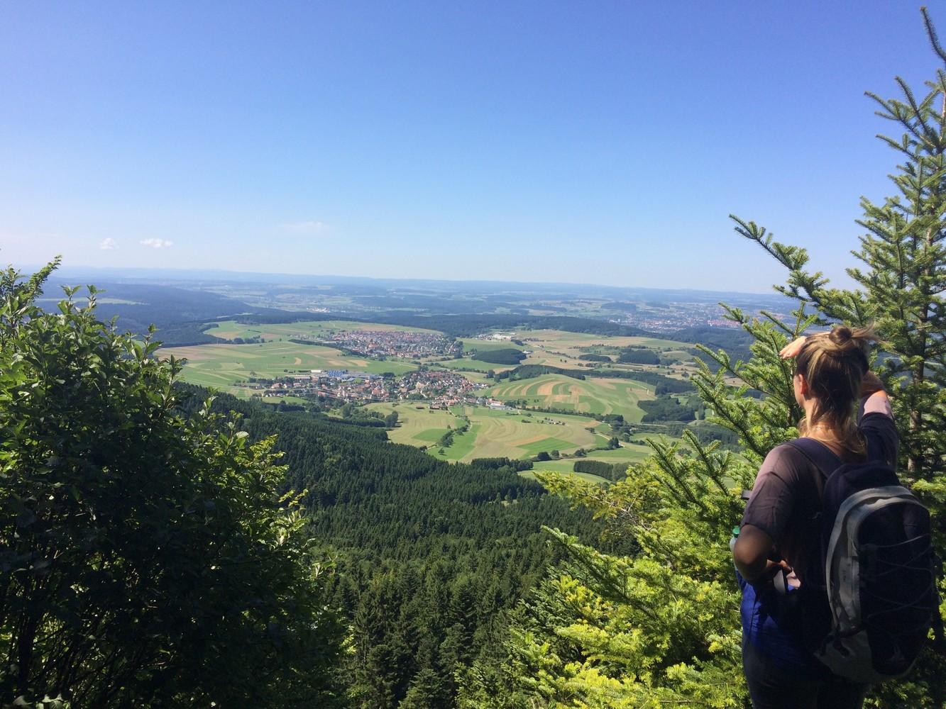Wanderin blickt vom Oberhohenberg ins Vorland