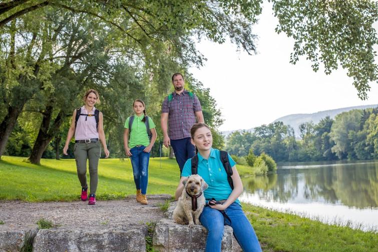Wanderer am Schömberger Stausee mit Hund