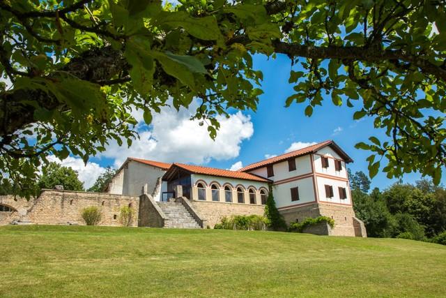 Römisches Freilichtmuseum Villa Rustica von unten mit Baum