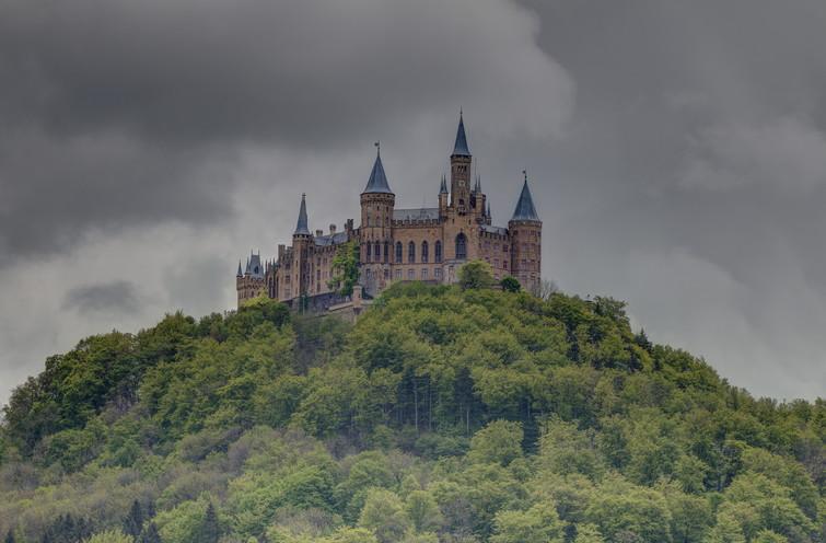 Burg Hohenzollern von Hechingen mit Gewitterwolken