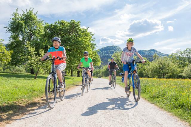 Fahrradfahrer vor den Balinger Bergen