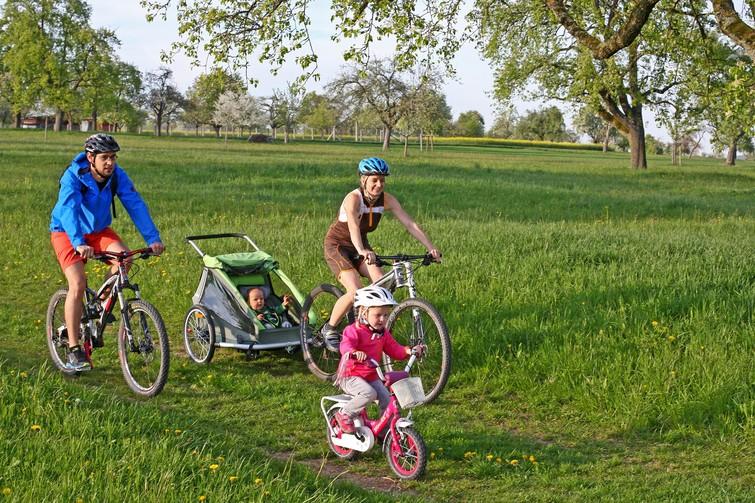 Familie mit Kindern beim Radfahren