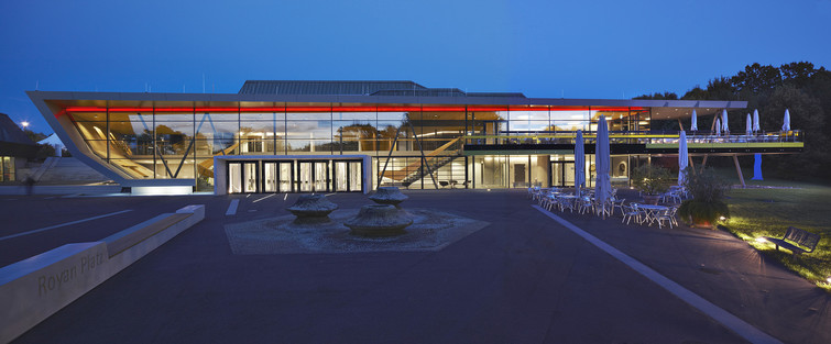 Stadthalle Balingen bei Dämmerung