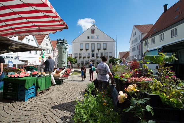 Wochenmarkt in Hechingen vor dem Rathaus