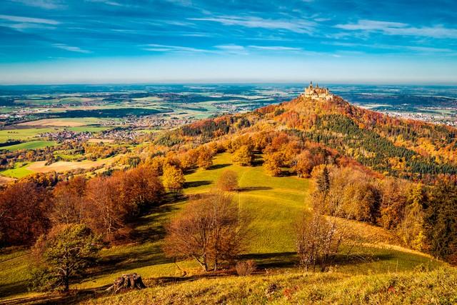 Blick auf Burg Hohenzollern vom Zeller Horn im Herbst