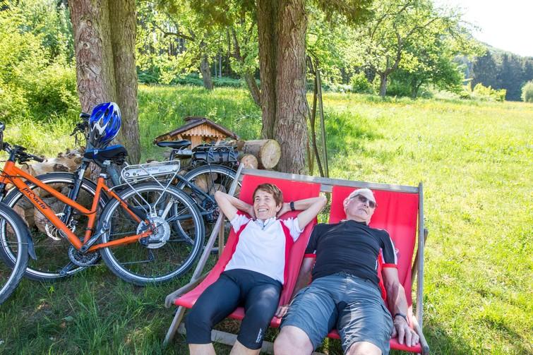 Radfahrer auf Liegestühlen