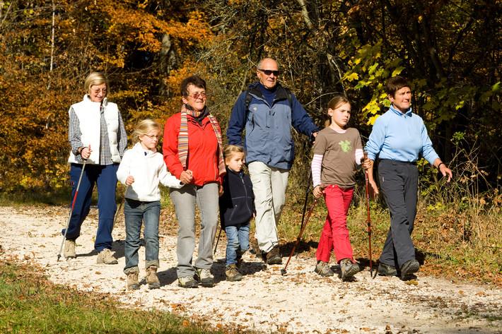 Großeltern mit Enkelkindern beim Wandern