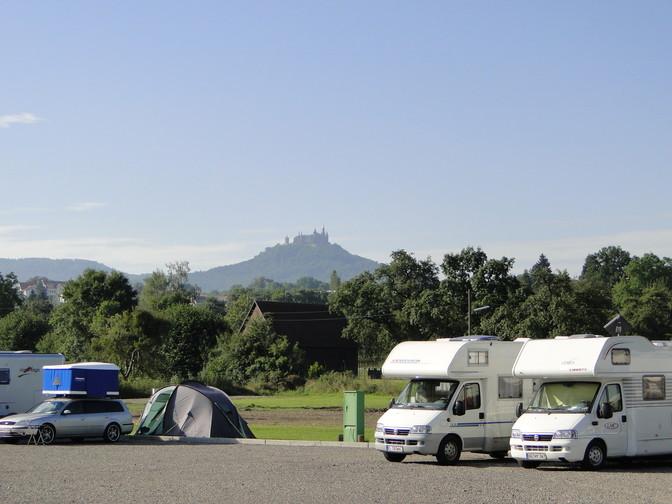 Wohnmobile vor Burg Hohenzollern