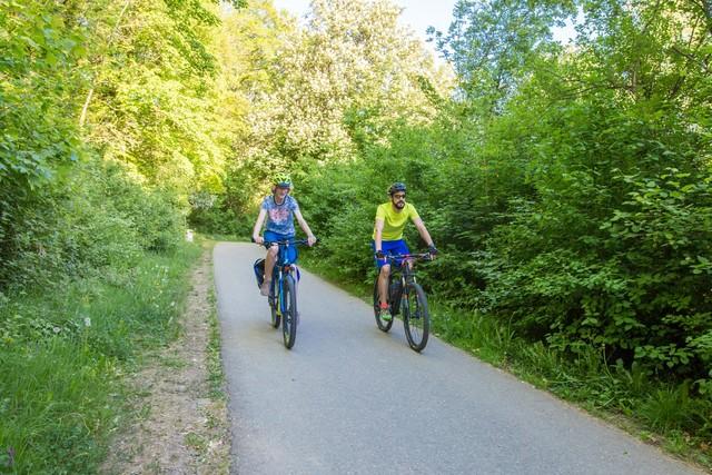 Zwei Radfahrer im Grünen