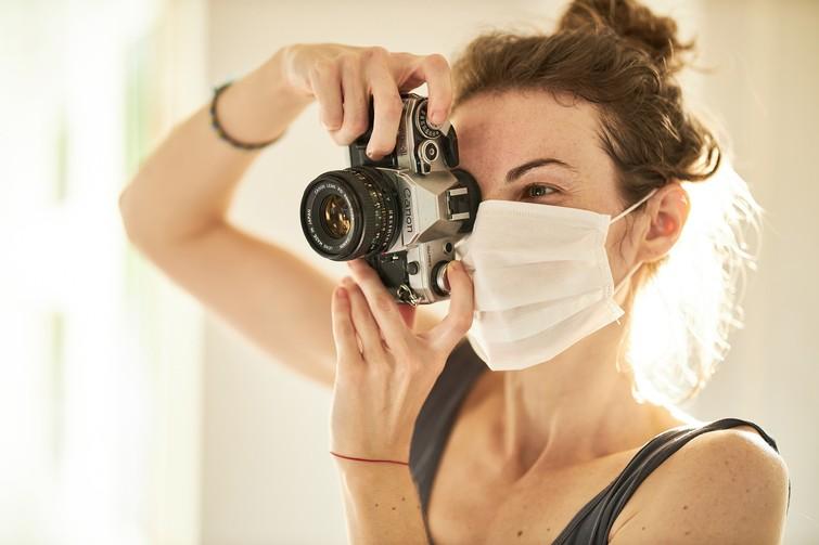 Frau fotografiert mit Maske