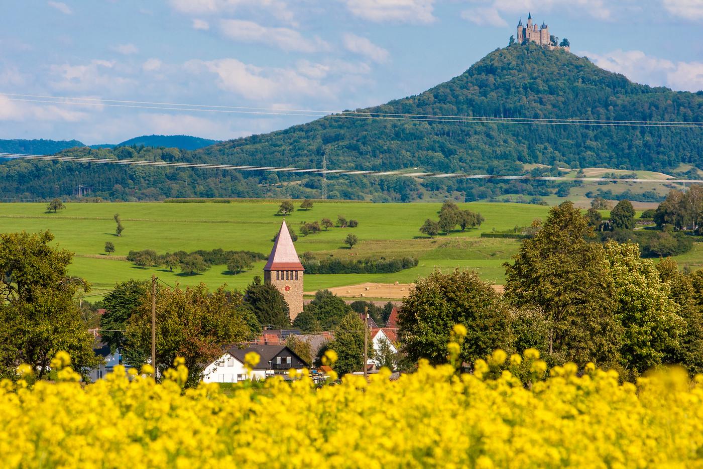 Blick auf Burg Hohenzollern mit Grosselfingen im Vordergrund