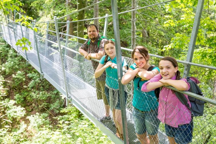 Wanderer auf Hängebrücke Oberhohenberg