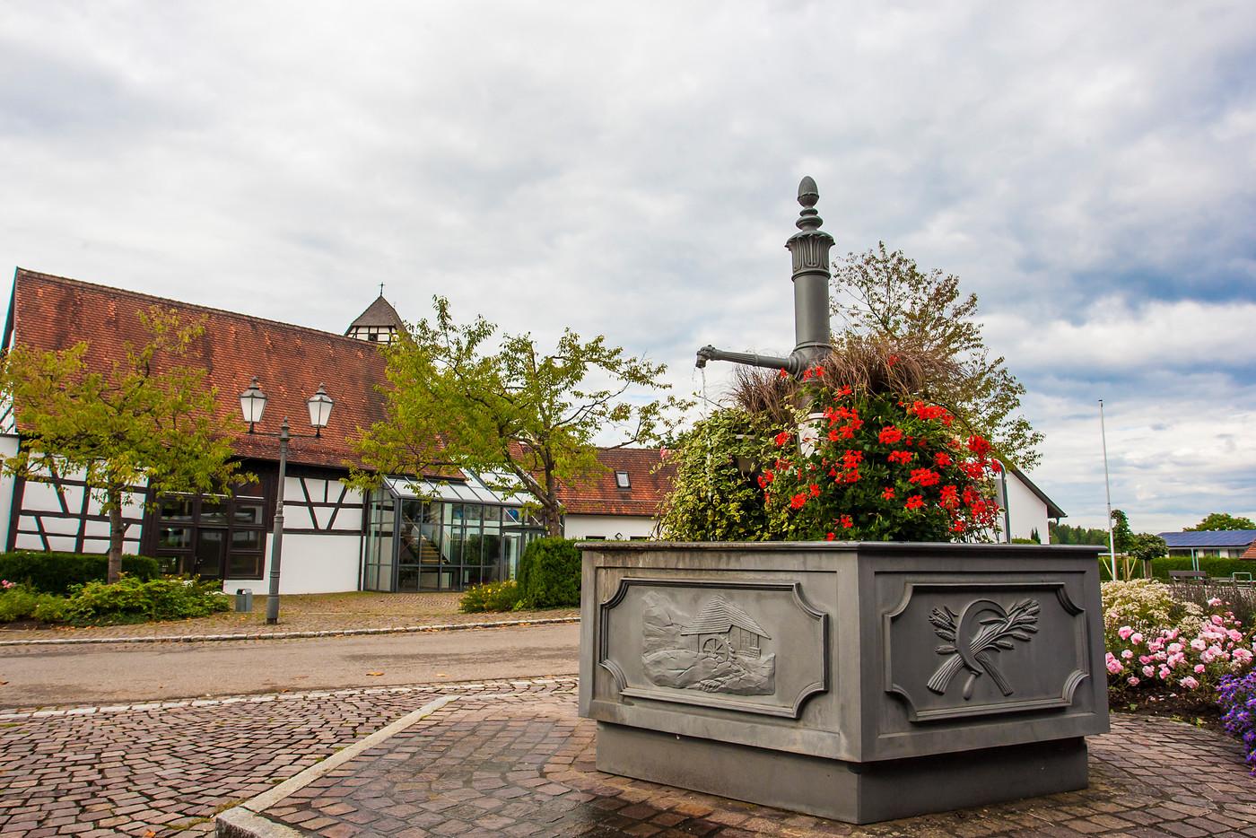 Bürgerhaus Dautmergen mit Brunnen im Vordergrund