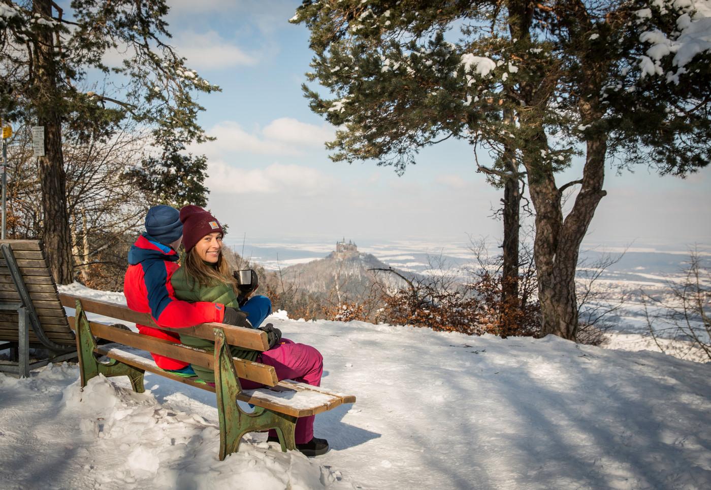 Winterwanderer an der Traufkante beim Raichberg