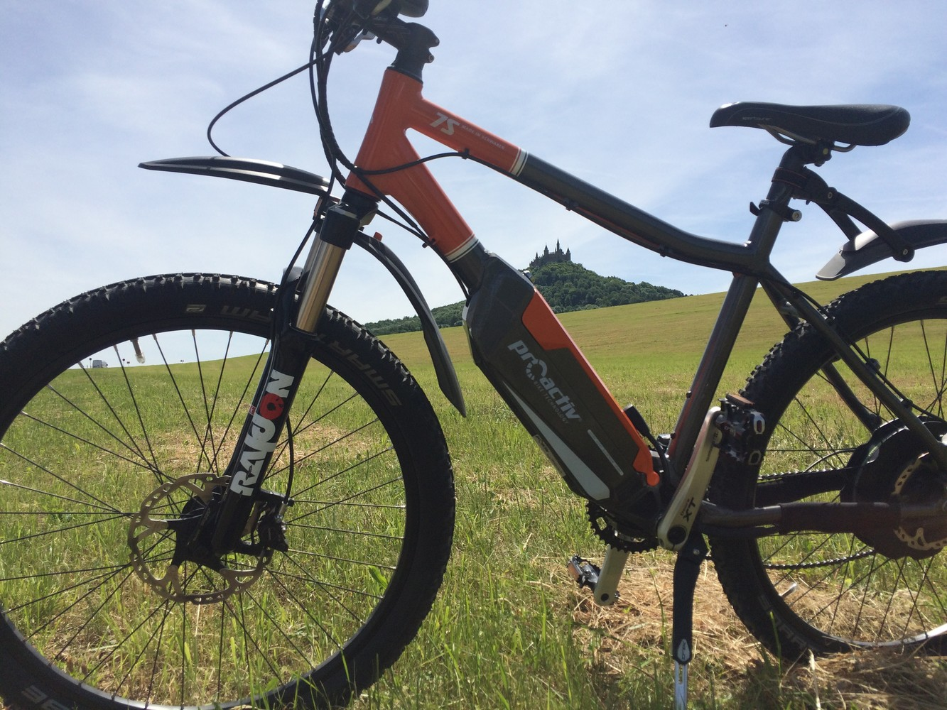 E-Bike vor der Burg Hohenzollern