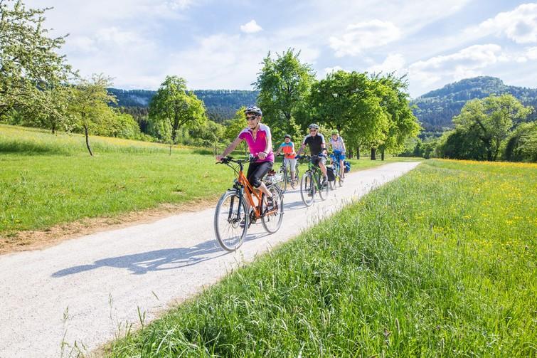Radfahrer mit Lochen im Hintergrund
