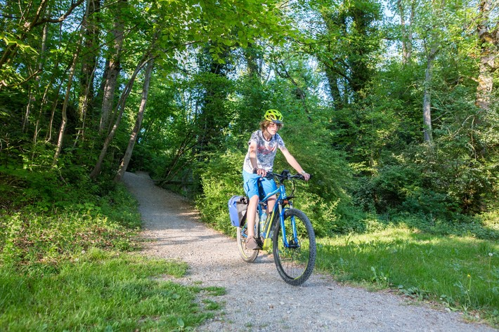 Radfahrer am Stausee in Schömberg